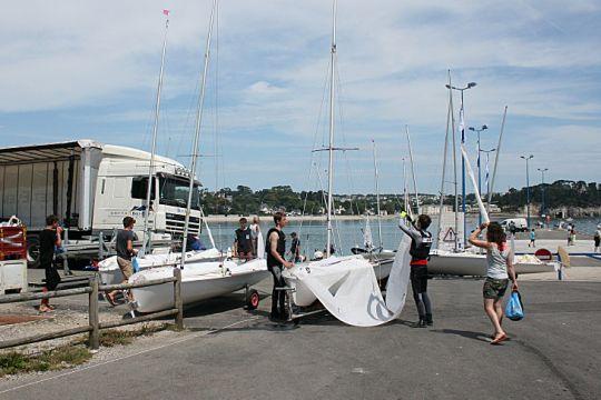 Préparation des bateaux au club de voile de Crozon