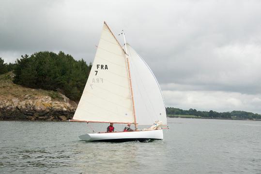 El velero BE 6.4 de Be Boat en el mar