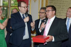 Gilles Wagner, presidente de Privilège Marine recibe el premio Etienne Marcel de manos de Antoine Boulay de Bpifrance