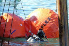 Operación de reflotamiento del naufragio con paracaídas de flotabilidad