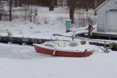 Barco de vela bajo la nieve