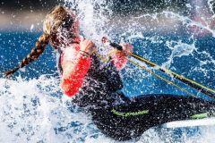 Navegando en bote con un traje de buceo Magic Marine