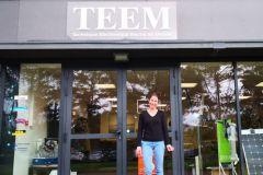 Carole Biarnes frente a la agencia Teem de Lorient