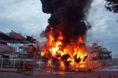 El fuego destruye los barcos en el puerto seco de Marsella, Batotel