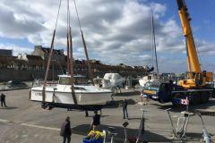 Manipulación de barcos en el puerto deportivo de Sellor
