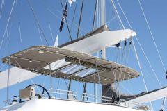 Equipo Bimini NV en un catamarán con puente volante