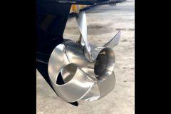 Una hélice Sharrow en una placa base de un motor fuera de borda