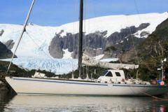El yate Paradise en una parada al pie de un glaciar