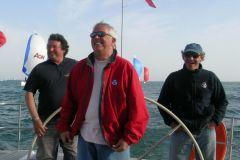 Laurent Tilleau en el centro (en rojo), rodeado por Philippe Poupon, Gérard Dupuy y Jean-Yves Furic a bordo del Grand Soleil Race 45