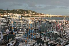 Ayudando a los yates y a los espectáculos de barcos en la cara de la tormenta... (Vista del Festival Náutico de Cannes)