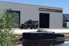 La lancha Domani E32 de Domani Yachts frente a la nueva fábrica en Drachten