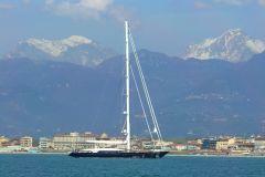 El velero Perini Navi en las afueras de Viareggio