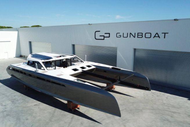 Catamarán Gunboat 68 n°1 frente al astillero de La Grande Motte